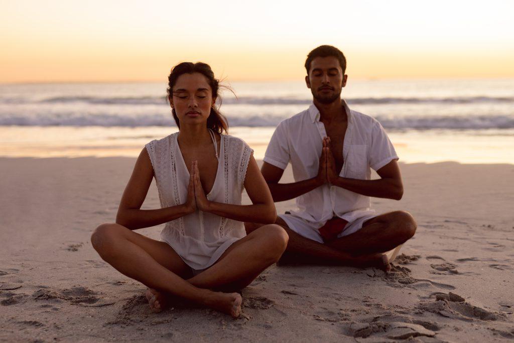 couple position méditation plage