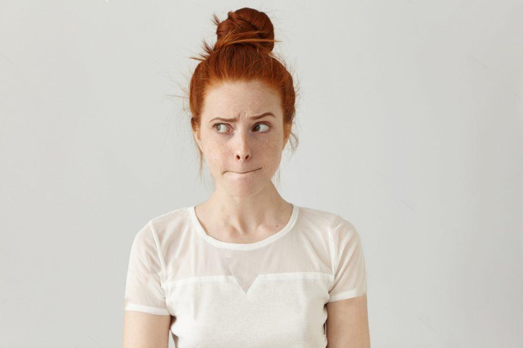 confusion questionnement jeune femme rousse