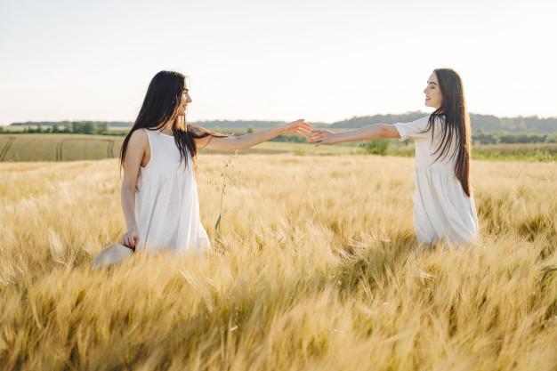 jumelles dans les champs la télépathie