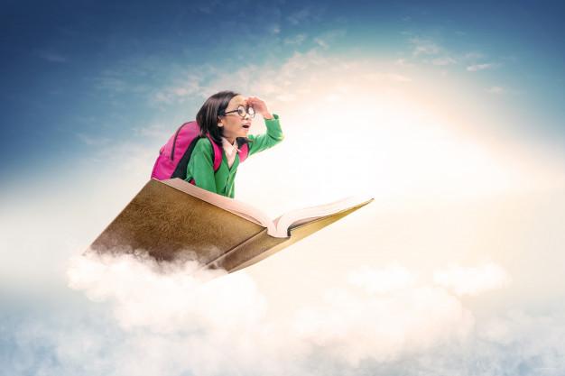 archétype de l'enfant petite fille sur un livre