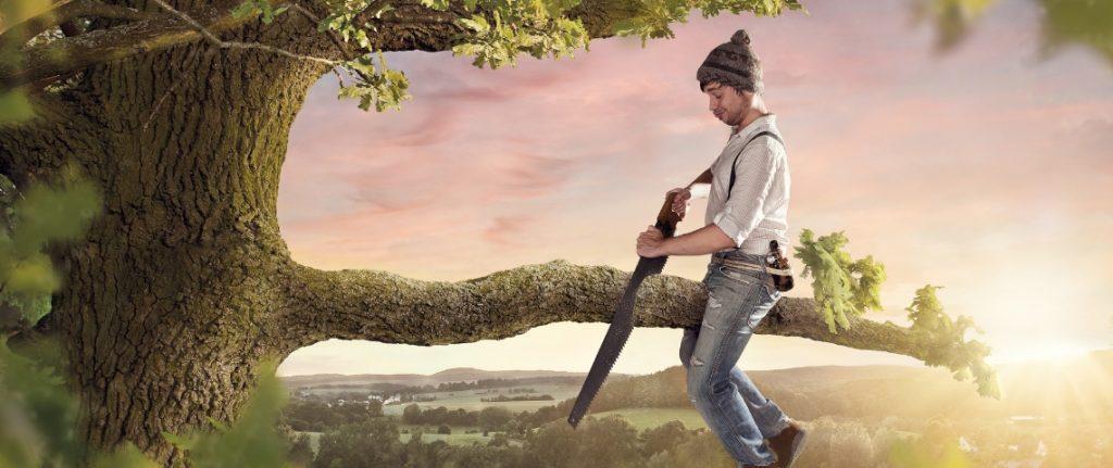 archétype du saboteur homme qui coupe une branche