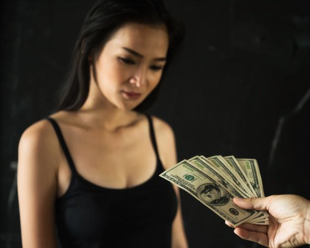 archétype prostituée femme recevant de l'argent contre quelque chose