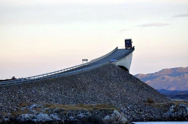 Photo illusion d'optique pont de Norvège