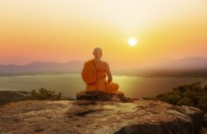 idées reçues bouddhisme moine qui médite coucher de soleil